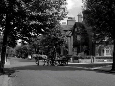 vídeos de stock e filmes b-roll de rag and bone man drives his cart along a quite street in the kensington area of london. - kensington e chelsea