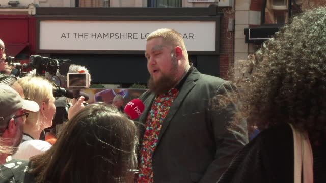 rag n bone man at 'toy story 4' european premiere on june 16 2019 in london england - ぞうきん点の映像素材/bロール