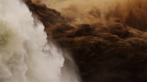 vidéos et rushes de raging, cascading river waters, slow motion - sol phénomène naturel