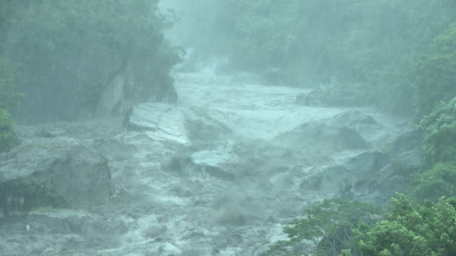 vídeos de stock e filmes b-roll de raging river and torrential rain as tropical storm bailu hits taiwan in august 2019 - tropical climate