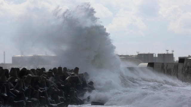 raging storm in harbor mit öl-tanks - hurrikan stock-videos und b-roll-filmmaterial