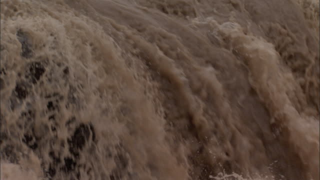 vídeos de stock, filmes e b-roll de raging torrent of water floods over falls, hukou falls. - rio