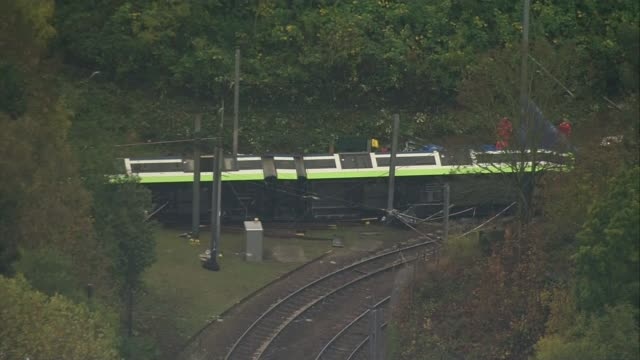 at least 7 killed in croydon tram derailment; air views / aerials derailed overtruned tram with emergency services at scene/ - 脱線点の映像素材/bロール