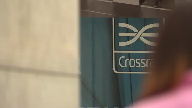 crossrail opening delayed until late 2019 england london farringdon station ext people along outside railway station and crossrail sign on wall... - クロスレール路線点の映像素材/bロール