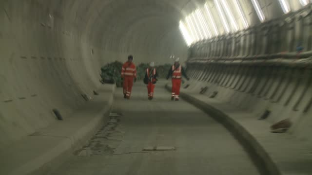 crossrail tunnels england london shot along crossrail tunnel / construction vehicles and building materials in tunnels / tracking shot along tunnel /... - クロスレール路線点の映像素材/bロール