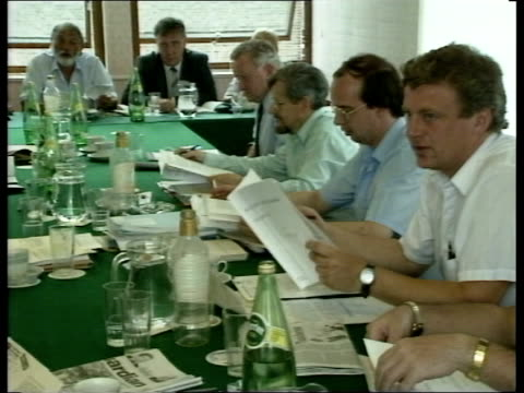 vídeos de stock e filmes b-roll de london tssa officials reading british rail proposals as seated around table tcms richard rosser speaking tgv officials seated reading tcms side... - british rail