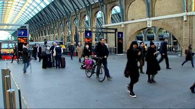 vídeos y material grabado en eventos de stock de rail fares rise / train companies could reduce first class carriages england london king's cross station ext protester holding placard 'happy new... - placard