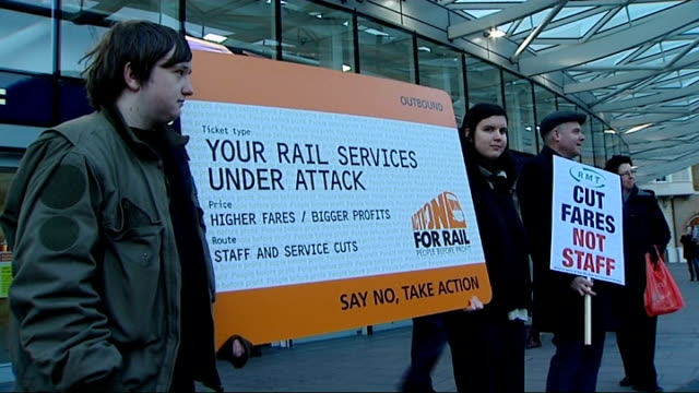 vídeos y material grabado en eventos de stock de rail fares rise / train companies could reduce first class carriages london king's cross station ext protesters holding banner 'cut rail fares not... - placard