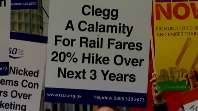 vídeos de stock, filmes e b-roll de rail fares set to rise by 8 per cent england london waterloo ext members of rmt union and other rail workers protesting with placards and banners... - stop placa em inglês
