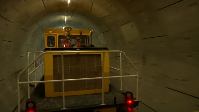 final piece of crossrail track laid t31081635 / 3182016 engineering train along tunnel driver driving engineering train through tunnel - クロスレール路線点の映像素材/bロール