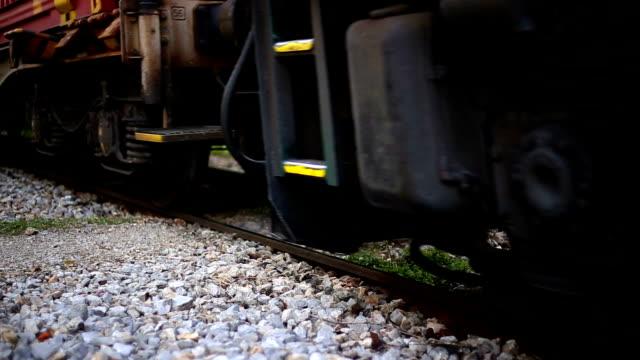 vídeos de stock, filmes e b-roll de trilho de trem de carga - cilindro veículo terrestre comercial