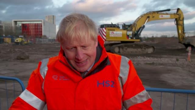 vidéos et rushes de boris johnson construction site visit and interview; england: birmingham: ext boris johnson mp interview sot / - on hs2 / northern powerhouse rail -... - boris johnson