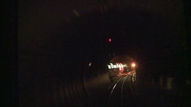 vídeos de stock, filmes e b-roll de london underground tube strike set to go ahead int shot povsa from cab of underground tube train as alogn through tunnel - tunnel
