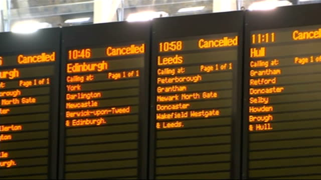 network rail apologises after travel disruption; england: london: kings cross station: int few passengers milling about on fairly deserted concourse... - segnale informativo video stock e b–roll