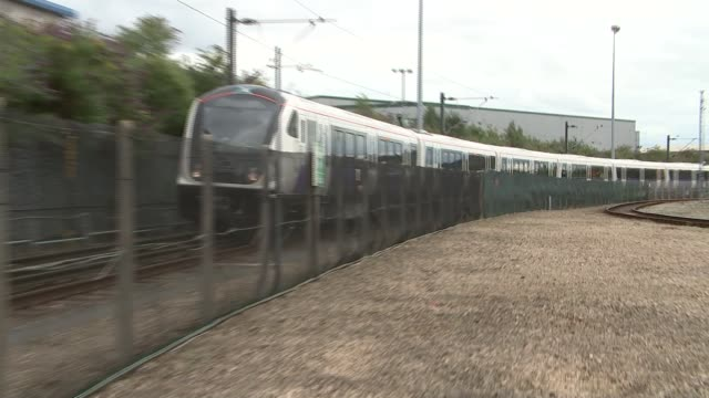 new crossrail trains unveiled england derby ext various of new crossrail train along reporter to camera sot - クロスレール路線点の映像素材/bロール