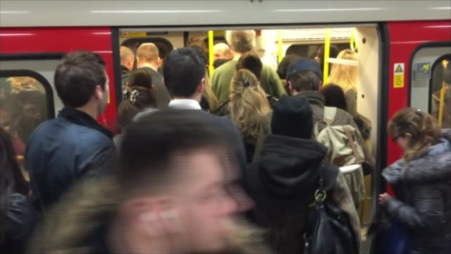plans to upgrade four london underground lines unveiled; england: london: int tube train arriving at platform at railway station commuters boarding... - ロンドン地下鉄点の映像素材/bロール