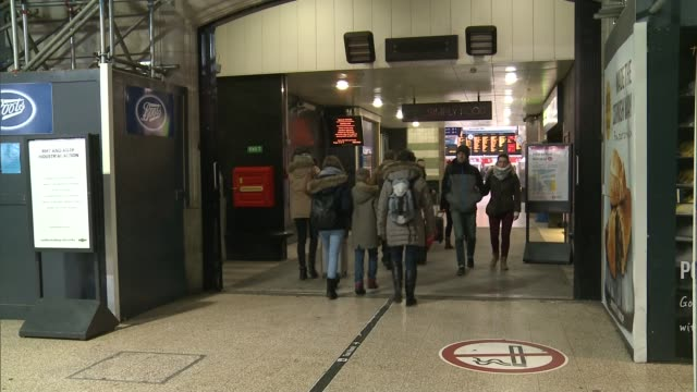 rmt says southern rail dispute will continue england london victoria int rear view people along through train station close shot rmt and aslef... - itv london tonight weekend点の映像素材/bロール