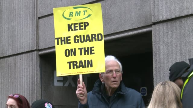 rmt says southern rail dispute will continue victoria alex foulds interview sot low angle shot picket line man holding placard int alex foulds... - itv london tonight weekend点の映像素材/bロール
