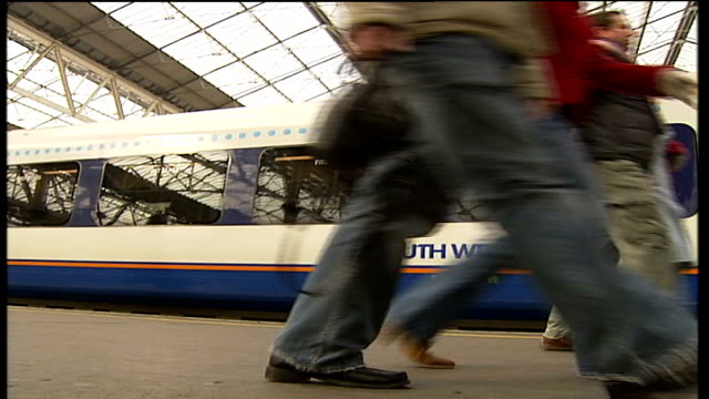 south west trains begins new tenyear franchise england london waterloo int south west trains train pulling into station platform passengers... - franchising stock-videos und b-roll-filmmaterial