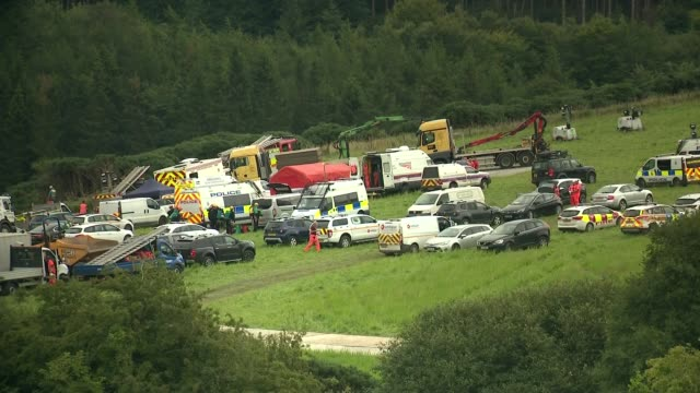 stovenhaven train derailment: emergency services at scene; scotland: aberdeenshire: stonehaven: ext police, fire and other emergency service vehicles... - 脱線点の映像素材/bロール