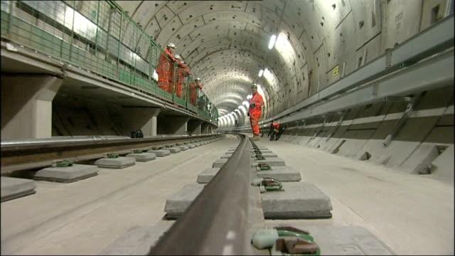vídeos de stock, filmes e b-roll de thameslink programme near completion england london st pancras station ext reporter and construction worker along towards entrance of... - tunnel
