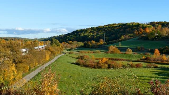 schienenverkehr: db intercity-zug auf bahnstrecke unter abendsonne im herbst - railway track stock-videos und b-roll-filmmaterial