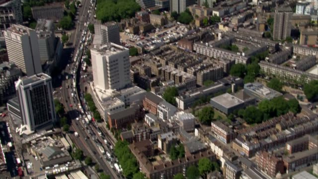 tube strike causes widespread disruption in london aerials over london air views aerials over marylebone station / people crowded at bus stop /... - ロンドン ハイドパーク点の映像素材/bロール