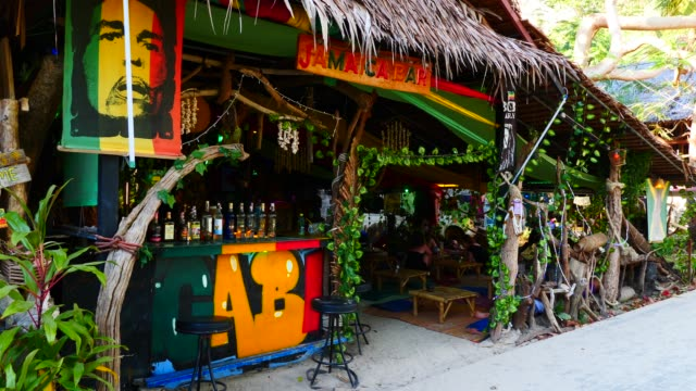 railay beach bar in krabi province. - provinsen krabi bildbanksvideor och videomaterial från bakom kulisserna