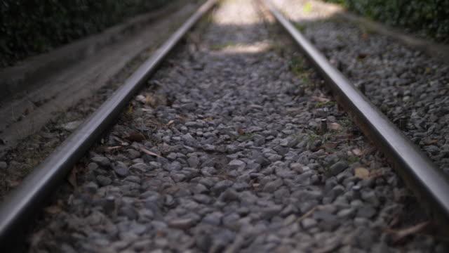 vidéos et rushes de chemin de fer avant l'arrivée du train, 4k - voie ferrée