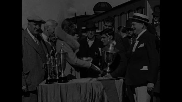 vídeos de stock e filmes b-roll de railroad car comes up mount washington people at peak greet winner of race / ms men around table of trophies winner paul donato accepts trophy from... - appalachia