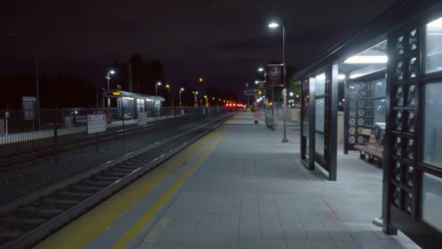 vídeos de stock, filmes e b-roll de estação castro ferroviária em mountain view, califórnia à noite. - transporte público