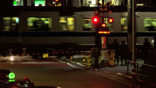 踏切でのご宿泊 - 列車点の映像素材/bロール