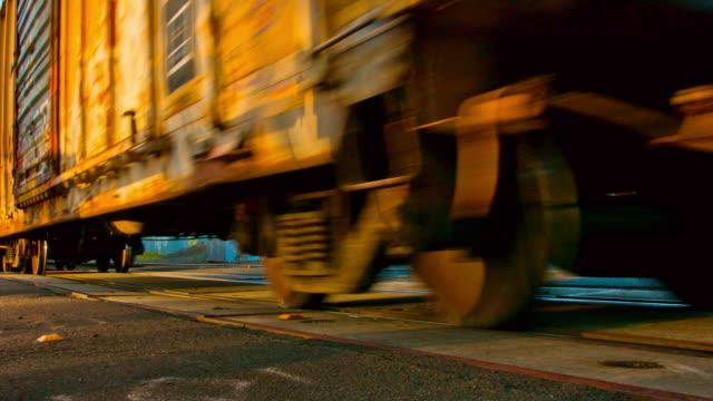 vídeos y material grabado en eventos de stock de paso a nivel - tren de carga