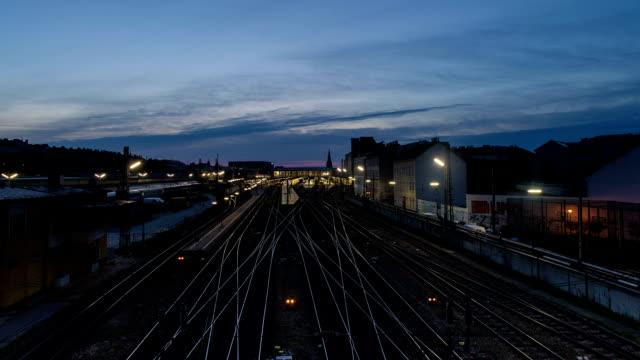 鉄道駅では、朝の time lapse (低速度撮影) - オーストリア点の映像素材/bロール