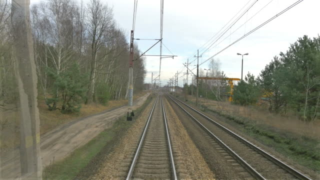 railroad track in 4 k - zugperspektive stock-videos und b-roll-filmmaterial
