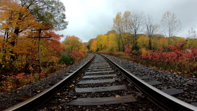 vídeos y material grabado en eventos de stock de vías del ferrocarril en otoño - vía de tren