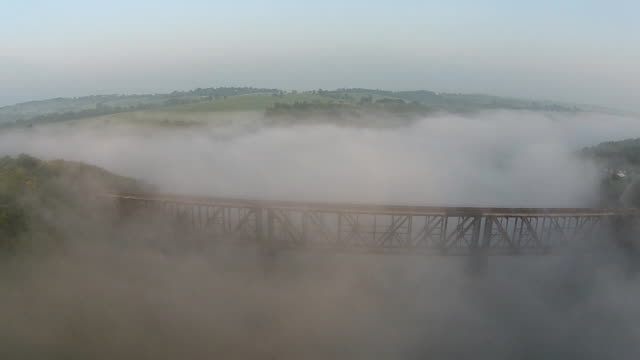 bahngleise in nebel - appalachen region stock-videos und b-roll-filmmaterial