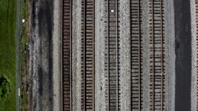 小さな町カンバーランドメリーランドの鉄道駅への鉄道線路 - 線路のポイント点の映像素材/bロール