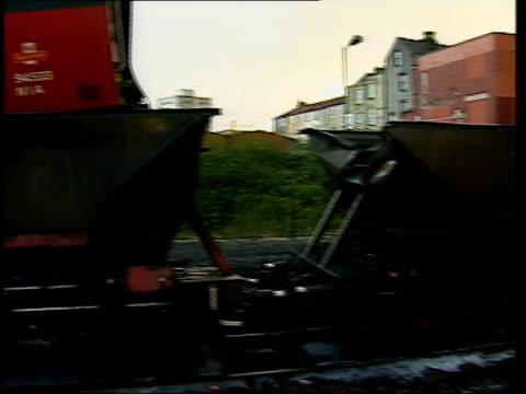 vídeos y material grabado en eventos de stock de railtrack investigation; itn england: bristol ext logo on mail train which crashed into stationary coal train coal train carriage of mail train... - export palabra en inglés