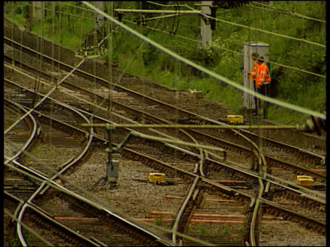 vídeos y material grabado en eventos de stock de virgin rail ext tgv train away along track as track workers look on virgin train along i/c pan as train away along track - accidente de tren