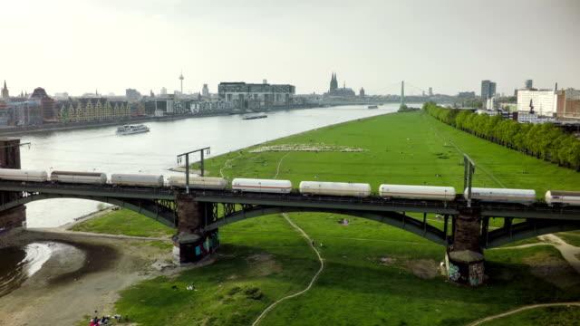 luftaufnahme : eisenbahnbrücke in köln, deutschland - güterzug stock-videos und b-roll-filmmaterial