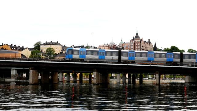 vídeos y material grabado en eventos de stock de puente ferroviario en cámara lenta de stockholm - tren de cercanías