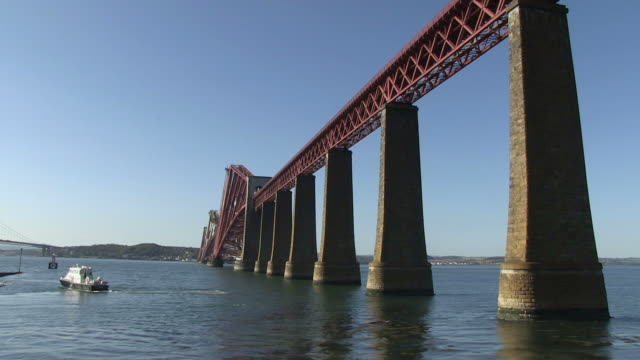 ws railway bridge on river / south queensferry, edinburgh, scotland - railway bridge stock videos & royalty-free footage