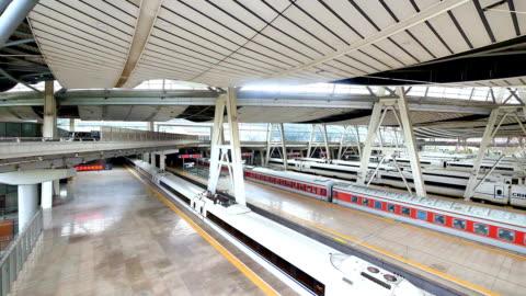 鉄道駅のプラットフォーム 4 k - アイロン台点の映像素材/bロール