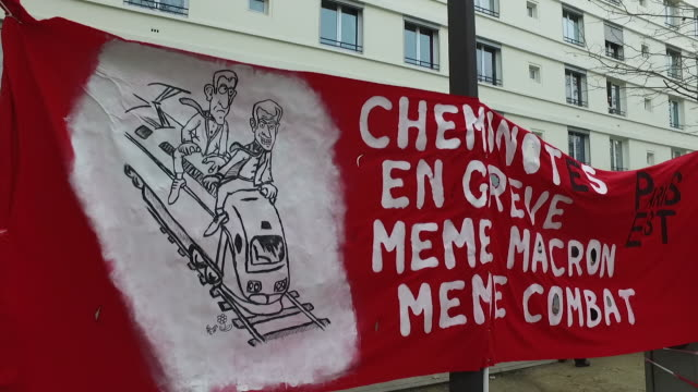"""vidéos et rushes de railway workers on strike"""" banner and protesters during a day of protest and ongoing transport worker strikes over french pension reform plans on... - french culture"""