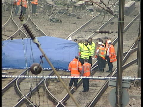 potters bar train crash: background/investigation; cf tape no longer available itn england: hertfordshire: potters bar: ext tgv emergency workers... - 脱線点の映像素材/bロール