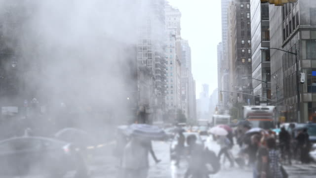 vídeos de stock e filmes b-roll de rain and clouds in the new york city - alfalto