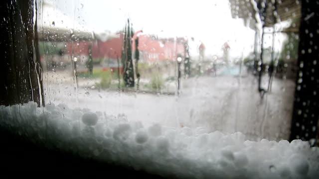 vídeos de stock, filmes e b-roll de tempestade de chuva e granizo - chama