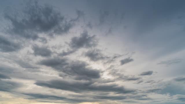 雨雲と空が4kタイムラプスを移動します。 - 上部分点の映像素材/bロール