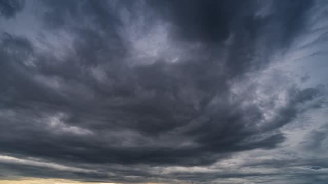 regenwolken und himmel bewegen 4k zeitraffer. - bedrohung stock-videos und b-roll-filmmaterial